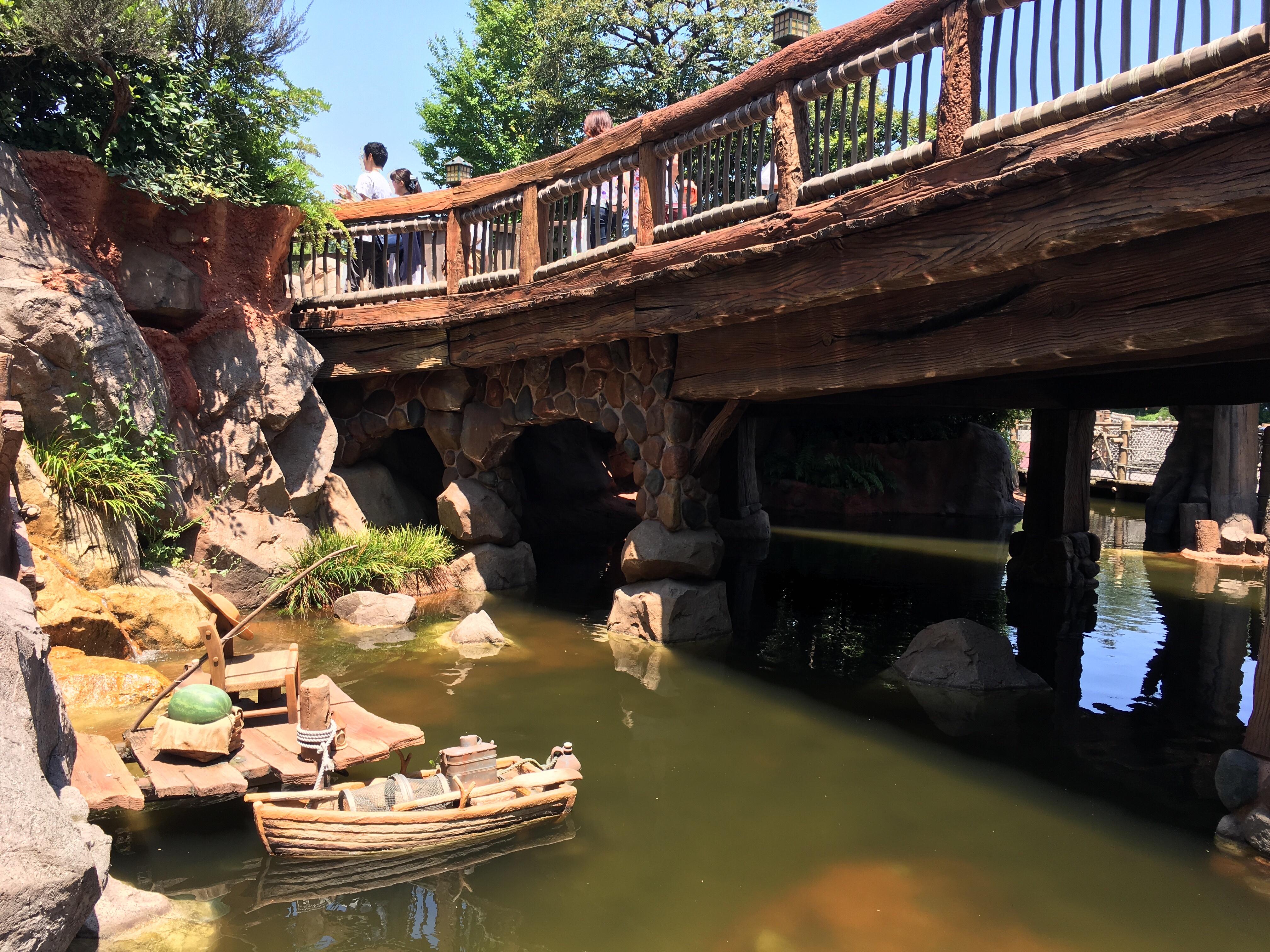 ディズニーランドの橋と川